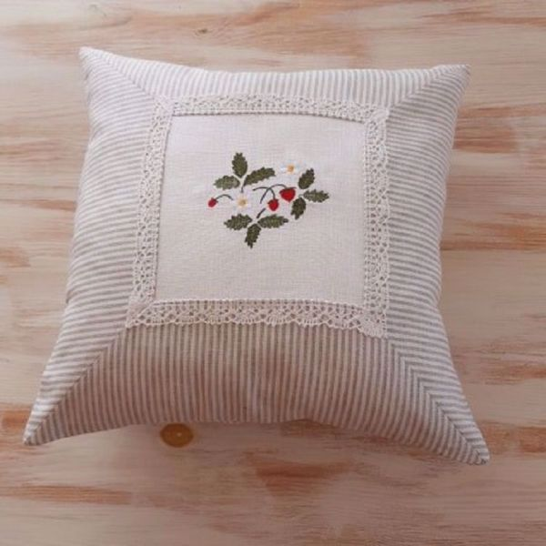 "Picture of Sofa Cushion ""Wild strawberries"" 40 x 40 cm"